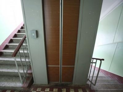 У Києві в багатоповерхівці ліфт розтрощив візок із немовлям