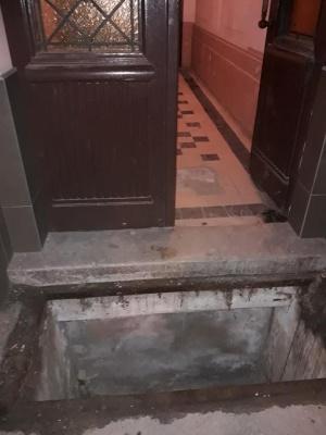 У Чернівцях пенсіонерка сильно травмувалась через викрадений з-під будинку люк - фото