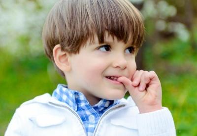Чому дитина гризе нігті: 5 причин