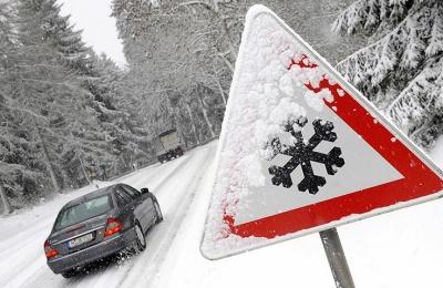 Поліція попередила водіїв про ускладнений рух на засніжених трасах Буковини