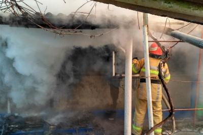 На Буковині пожежа знищила покрівлю та конструкції даху будинку