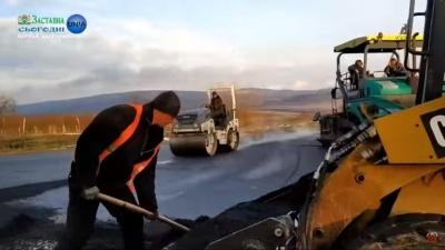 «Тут вам не Німеччина»: на Буковині журналісти висміяли ремонт доріг у сніг - відео