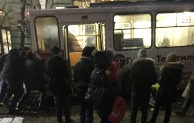 У Чернівцях тролейбус забуксував у ямі: у центрі міста утворився затор - відео