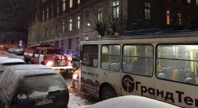 Рятувальники витягнули з ями тролейбус, який заблокував рух транспорту в центрі Чернівців