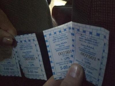 У Чернівцях водій маршрутки видавав пасажирам квитки з однаковими номерами - фото