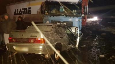 На трасі біля Чернівців вантажівка протаранила легковик, є постраждалі - фото