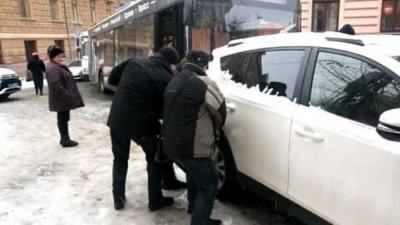 Позашляховик заблокував рух транспорту в центрі Чернівців - фото
