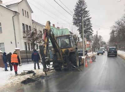 У Чернівцях працівники водоканалу розрили свіжий асфальт на вулиці Щербанюка - фото