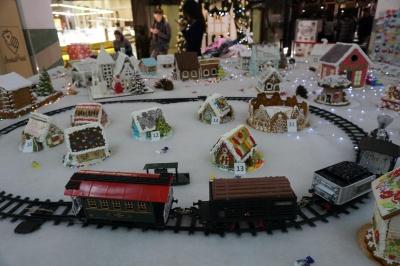 У пряниковому містечку іграшкова залізниця та десятки будиночків - фото