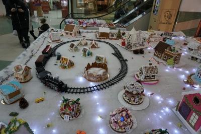 У пряниковому містечку - іграшкова залізниця та десятки будиночків - фото