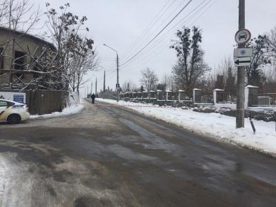 У Чернівцях через ожеледицю перекрили рух транспорту на вулиці Зеленій