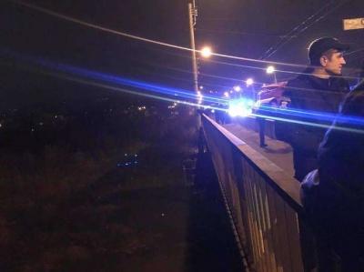 У Чернівцях чоловік намагався стрибнути з моста у річку, поліцейські затримали його