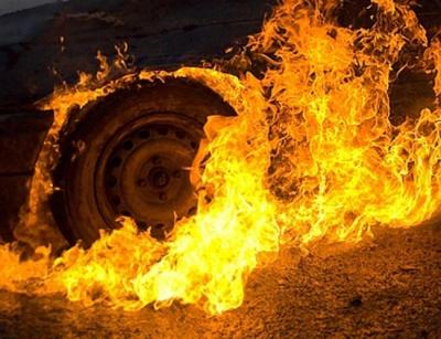 На Буковині пожежа в гаражі вщент знищила легковий автомобіль