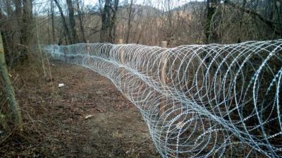 Боротьба з контрабандою: на Буковині вздовж кордону встановили колючий дріт