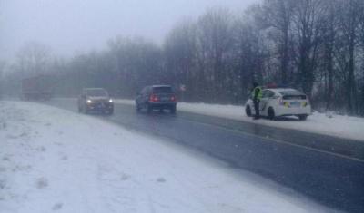 На Буковині через снігову негоду на трасі перекинувся легковик - фото