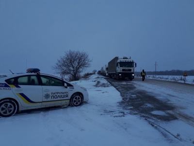 Снігова негода на Буковині: десятки фур зупинились і стоять в заторі на автотрасі - фото