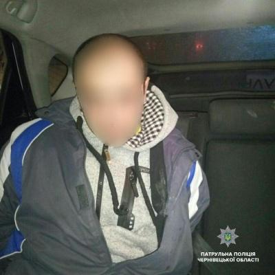 У Чернівцях грабіжник посеред вулиці побив жінку й відібрав її сумку