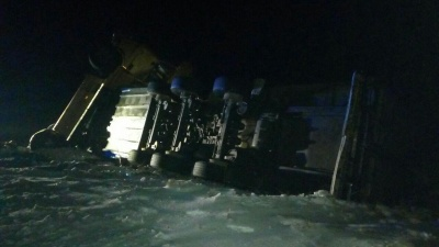 У Чернівецькій області вантажівка на ожеледиці з'їхала в кювет - фото