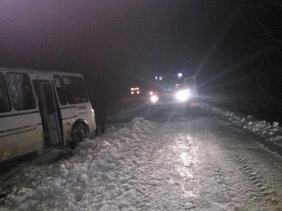 Снігова негода: за вихідні рятувальники на Буковині витягнули із заметів десятки автівок