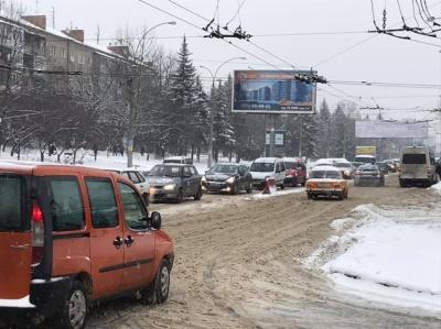 Транспортний колапс. Снігопад заблокував автошляхи Чернівців - фото
