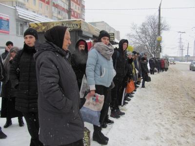 У Чернівцях снігопад заблокував рух міського транспорту: на зупинках – натовпи людей