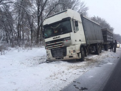 Негода на Буковині: ще одна вантажівка з'їхала з траси - фото