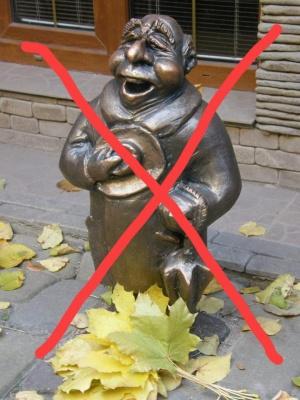 У центрі Чернівців невідомі вкрали міні-скульптуру єврея Яші