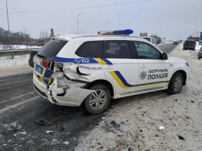 На Буковині в потрійній ДТП постраждало авто поліції - фото