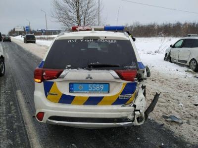 З'явилося відео потрійної ДТП з поліцейським авто на Буковині