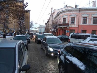 У центрі Чернівців через неправильно припаркований легковик утворився значний затор - фото
