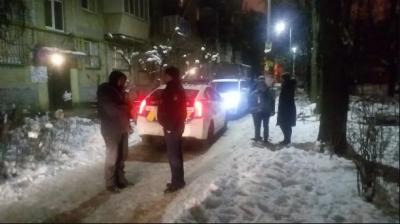 Напав із ножем на дитину: у Києві арештували поліцейського, який пограбував 12-річну дівчинку