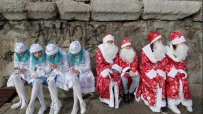 Снігурки у кокошниках та «Нічні вовки»: в окупованій Ялті провели парад Дідів Морозів - фото