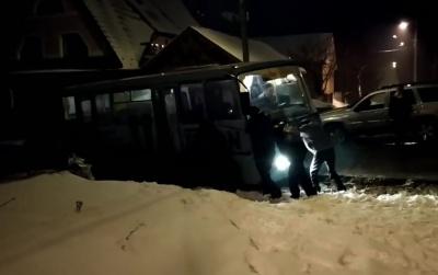 У Чернівцях маршрутка забуксувала у ямі, пасажири намагались виштовхати її - відео