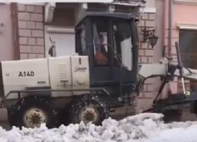 У Чернівцях на вулиці Кобилянської грейдер розчищає тротуари від снігу - відео