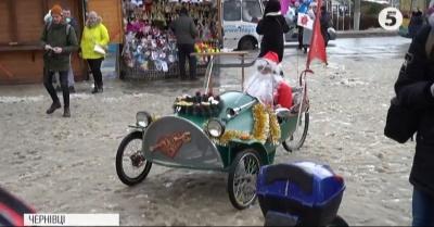 У Чернівцях пройшов велопарад з Дідами Морозами та ельфами - фото