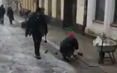 «Виправляють за грейдером»: у центрі Чернівців робітники ставлять плитку в снігопад - відео