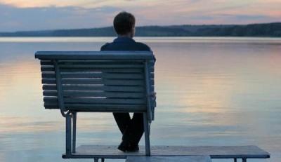 Назвали 3 періоди, коли людина відчуває себе найбільш самотньою