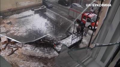 «Ще трохи – і мені був би гаплик»: аварійне дерево розтрощило вікна квартири в центрі Чернівців