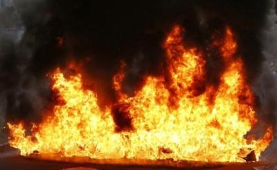 На Буковині пожежа знищила господарську будівлю й пошкодила автомобіль