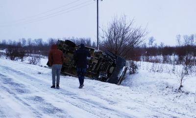 На Буковине на скользкой дороге перевернулся микроавтобус, перевозивший сладости - фото