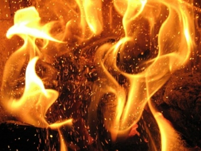 У Чернівцях нічна пожежа знищила господарську будівлю