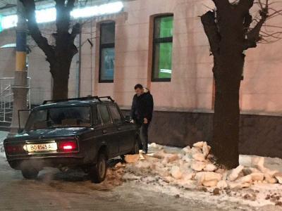 У Чернівцях водій «Жигулів» протаранив світлофор і втік з місця ДТП - фото