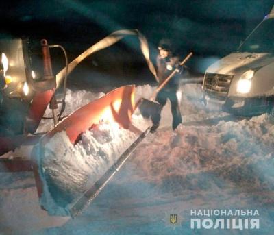 На Полтавщині через снігові замети застрягли близько 1,5 тисячі авто