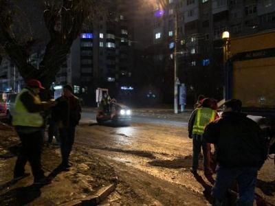 У Чернівцях робітники в мокру погоду ремонтують вулицю Героїв Майдану - фото