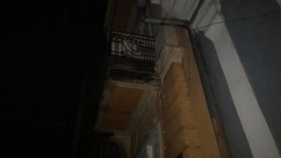 У центрі Чернівців обвалився значний шматок балкону, ледь не травмувавши перехожих