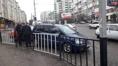 У Чернівцях на Героїв Майдану зіткнулися дві автівки - фото