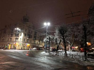 На вулицях у центрі Чернівців встановили LED-світильники - фото