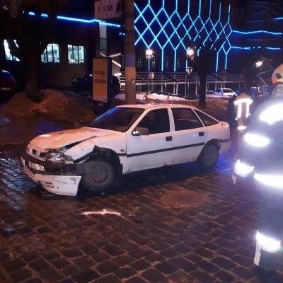 У Чернівцях п'яний водій скоїв ДТП і втік з місця пригоди: на Головній рух обмежений - фото