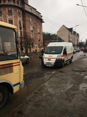 В Черновцах пассажирка ударилась и потеряла сознание из-за резкого торможения маршрутки