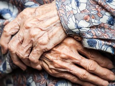 На Буковині п'яний онук задушив 93-річну бабусю: як покарають чоловіка